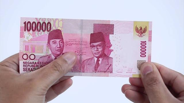 ribu itu dengan tangannya dan kembali bertanya  Kisah Uang 100 Ribu Rupiah