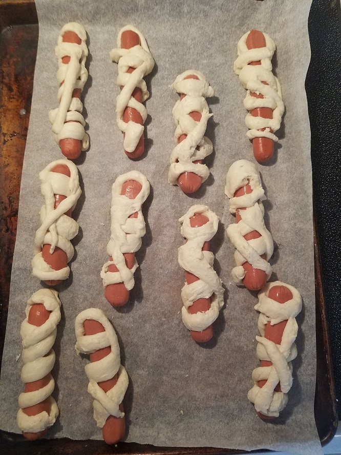 this is how to make dough wrapped hotdogs to look like a mummy