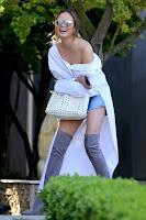 クリッシー・テイゲンに学ぼう!ファッショナブルなシャツの着崩し術 ~海外セレブファッション情報~