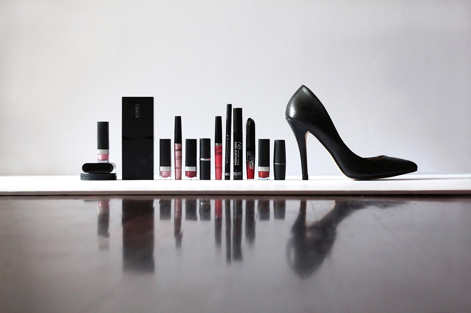 fashion style glamour vogue shoes scarpe decolleté nera black stiletto heels tacco make up rossetti lipstick