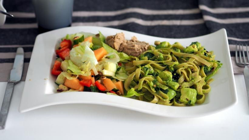 olympus om-D E-M10 food ruoka avokadopasta, vegetarian, kasvisruoka