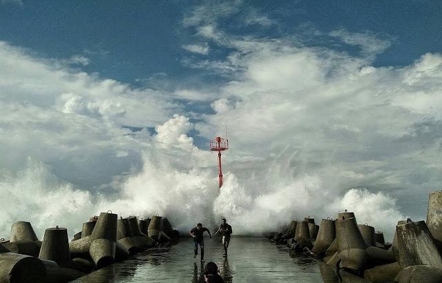 Sensai ombak di Pantai Glagah Kulonprogo Yogyakarta