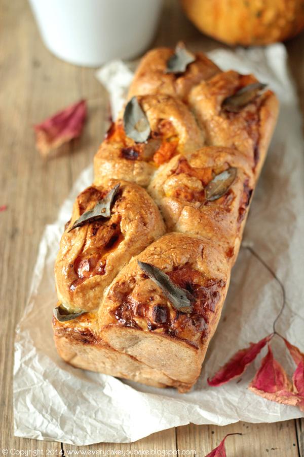 jesienny odrywany chleb z dynią fetą i szałwią