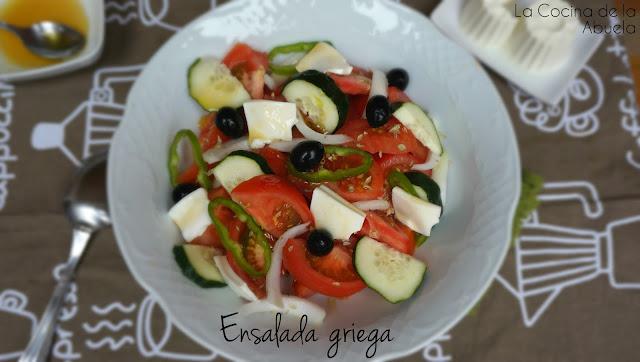 Ensalada griega, con queso fresco, tipo feta.