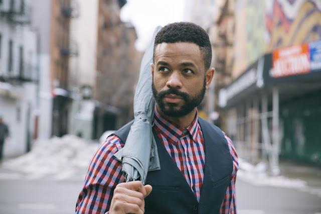hombre de raza negra modelando para la camara en la calle