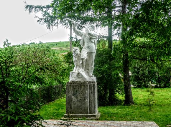 Старый Самбор. Памятник чабану