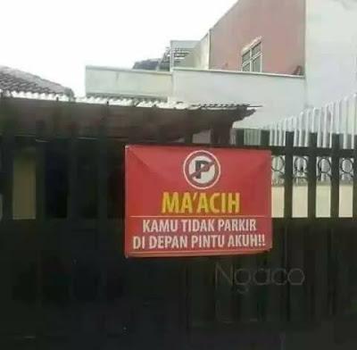 Pesan alay untuk tidak parkir depan gerbang