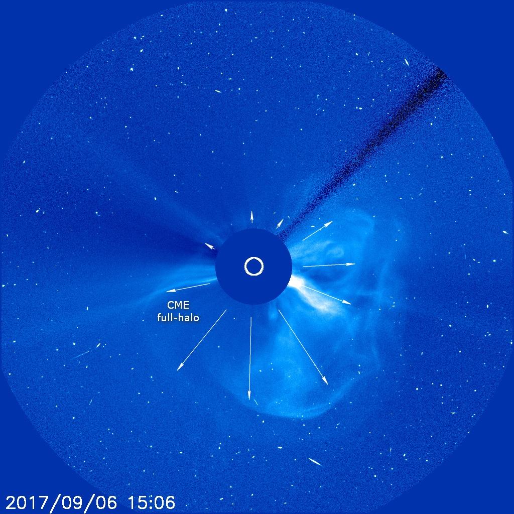 W kolejnych godzinach od uwolnienia na zdjęciach z koronografu LASCO C3, koronalny wyrzut masy przybrał typową strukturę asymetrycznego full-halo - materia rozprasza się na pełnych 360 stopniach wokół przysłoniętej tarczy słonecznej, co oznacza, że CME musi uderzyć także w Ziemię. Credits: SOHO