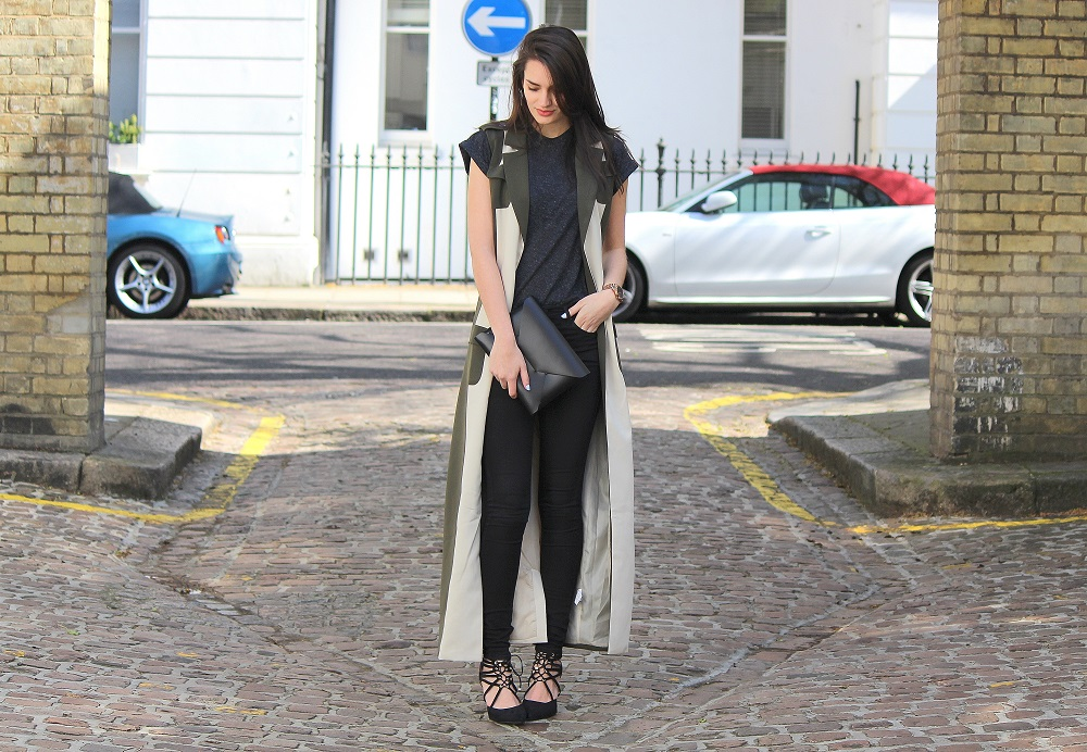 peexo fashion blogger wearing maxi trench and black topshop leigh jeans and black tshirt and lace up heels in spring