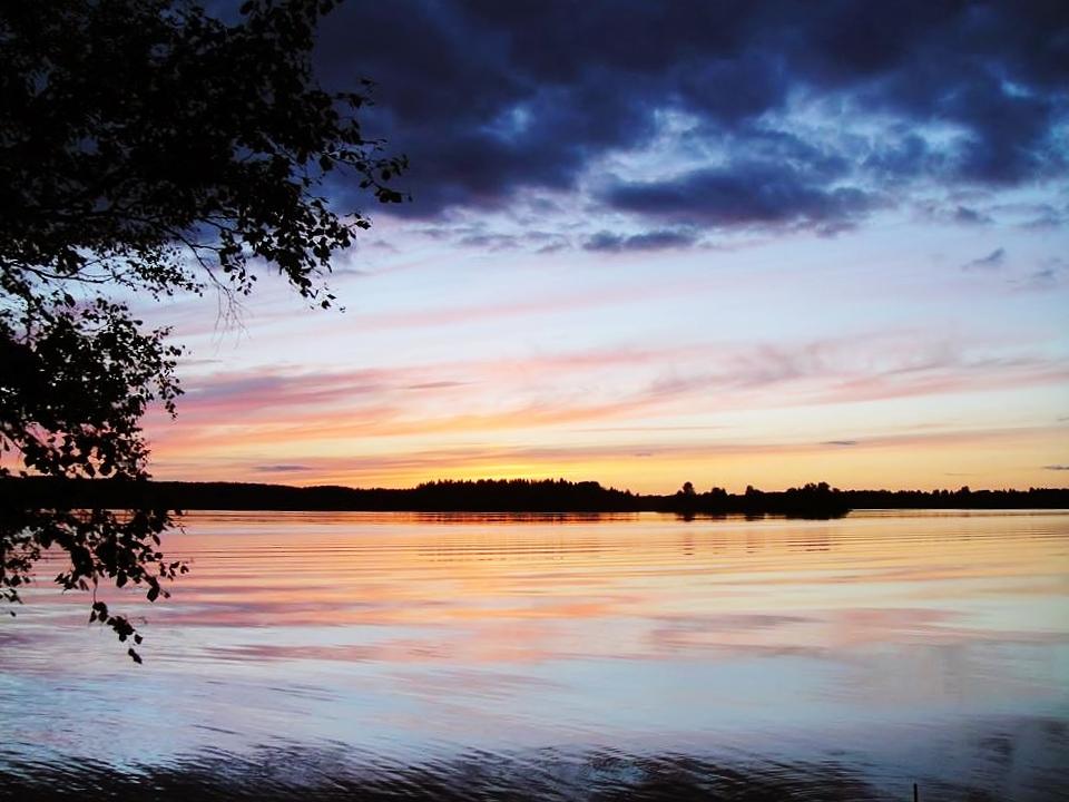 Yöttömän yön auringonlasku Kyrösjärvellä