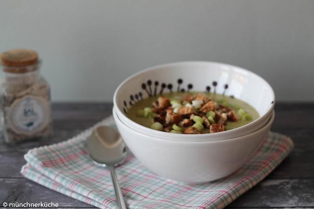 Cremige Suppe aus Lauch und Kartoffeln serviert mit Croûtons.