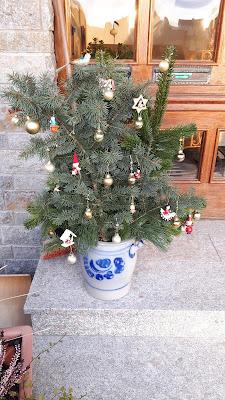 Weihnachtsschmuck vor der Türe