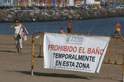 La playa de Las Acaravaneras vuelve a cerrarse al baño por altos niveles de bacterias. Miércoles 6 septiembre
