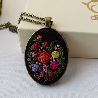 haft rococo, embroidered pendant, haftowane róże, haftowany naszyjnik, naszyjnik z haftem, embroidered jewerly, naszyjnik vintage, medalion z haftem, handmade jewerly, embroidered necklace, vintage jewerly, biżuteria retro, haft na lnie, apretura do nici, wosk do nici,