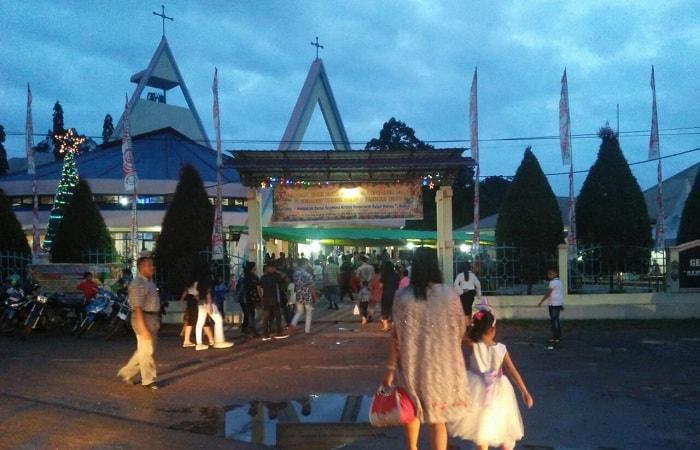 Jemaat memasuki Gereja yang ingi beribadah merayakan Natal di Kabupaten Sekadau