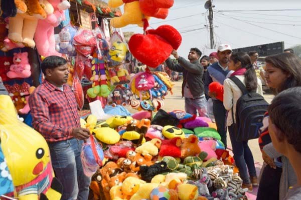 valentine-day-gift-demand-increased-in-surajkund-crafts-mela-news