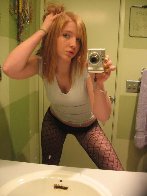 Fotos amadoras ruiva novinha pelada no espelho