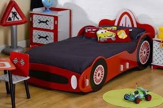 habitación con cama coche