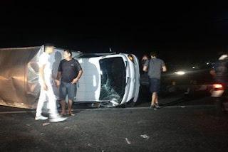 Caminhão carregado de cloro tomba em rodovia da Paraíba