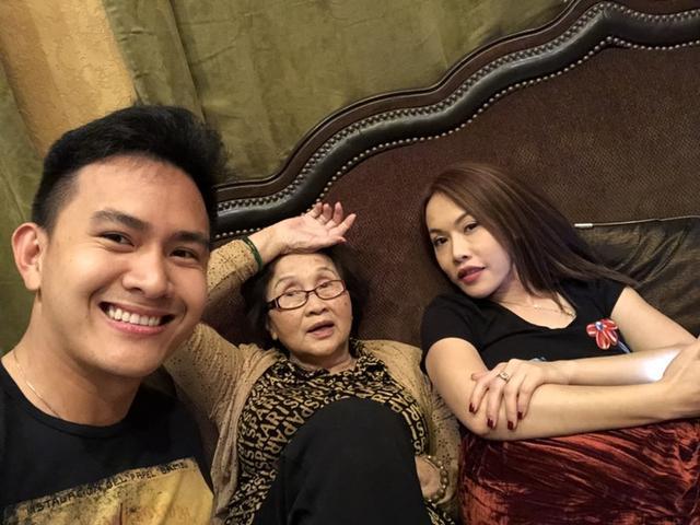Võ Lê Thành Vinh chụp ảnh với ông bà nội