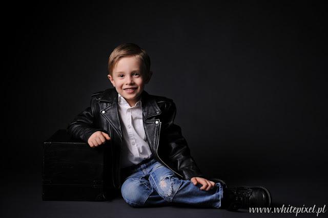 uśmiechnięty chłopczyk na sesji studyjnej w lublinie