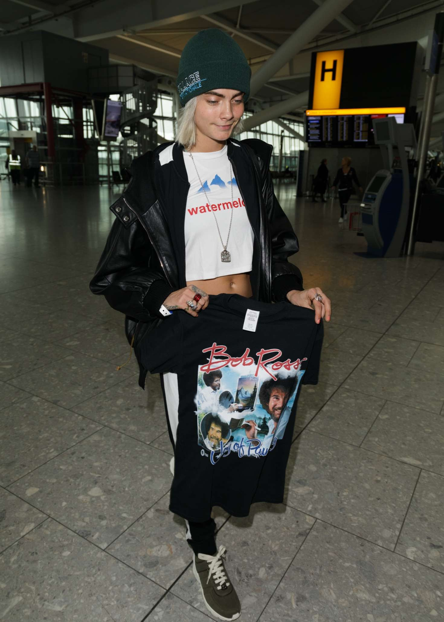 Cara Delevingne showcased the nice T-shirt