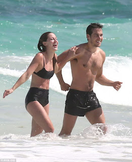 EB D Heating Up Melissa Benoist And Chris Wood Took Their Romance Pub