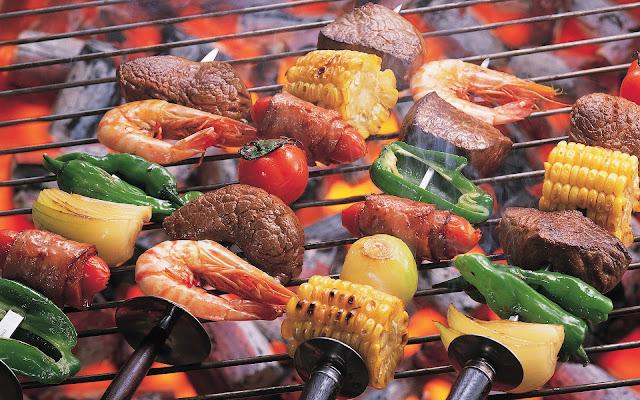 Barbecuevlees en groente op spiesjes