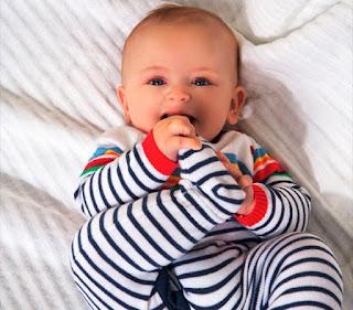 Foto Bayi Lucu Menggemaskan Hisap Jari-Jari Kakinya 2016