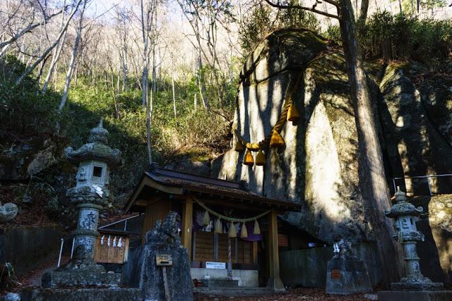 大岩と石割神社(山梨)