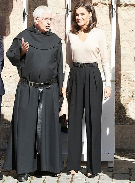 Queen Letizia wore Steve Madden Kvinna Dalia pumps, Adoldo Dominquez bicolor clutch, Mango trousers and sweater
