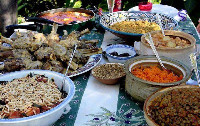 Dobra, dla estetyki daję zdjęcie marokańskich potraw bez tych natrętnych smakoszy.