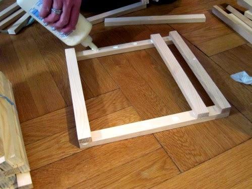 Sau khi xác định vị trí, các thanh gỗ được cố định bằng keo dán gỗ