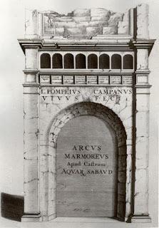 Римская арка была предметом длительных споров: одни считали ее входом в термы, расположенные поблизости, другие – надгробным памятником и, наконец, третьи – триумфальным въездом в город