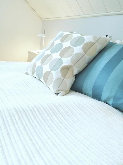 Saippaukuplia olohuoneessa - blogi, Kuva Hanna Poikkilehto, Sänky, Ikea, Makuuhuone, kun lapsi tippuu ja lyö päänsä, sisustus,