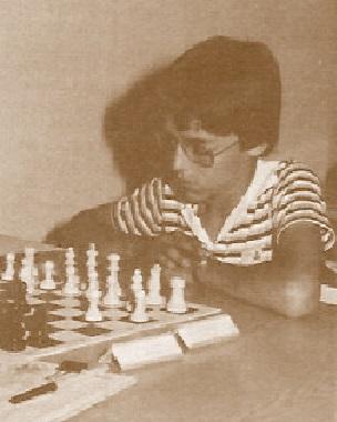 Un joven Lluís Comas i Fabregó jugando al ajedrez