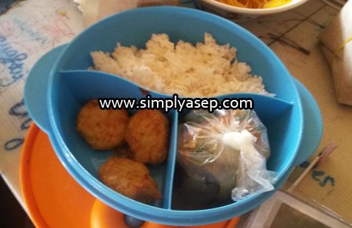 MENU MAKAN SIANG : Inilah salah satu menu makan siang anak saya untuk dibawa ke sekolah. Ada perkedel dan sayuran. Foto Asep Haryono