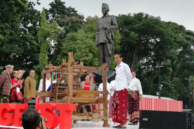 Usulan Hari Bersarung dari Jokowi