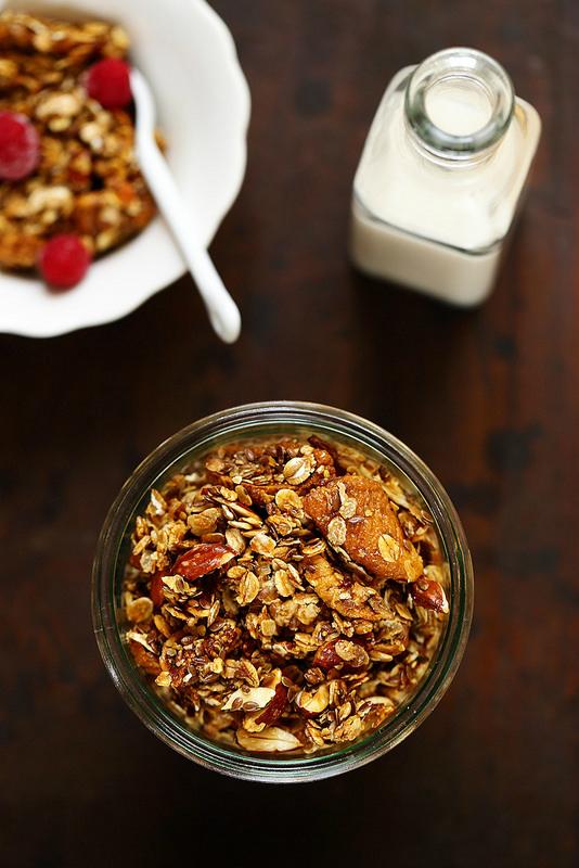 Granola maison aux amandes, figues et golden syrup