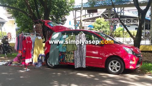KREATIF: Banyak yang keatif memanfaatkan mobil untuk berjualan di kawasanCar Free Day (CFD) Masjid Raya Mujahidin Pontianak (22/4). Foto Asep Haryono