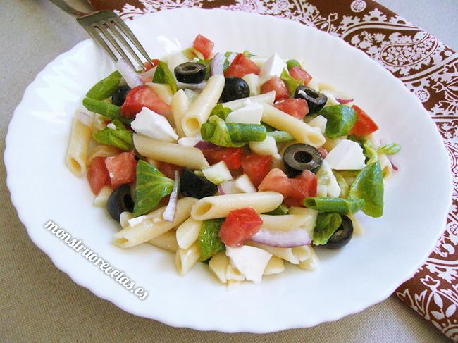 Ensalada de pasta con queso fresco, tomate y pepino
