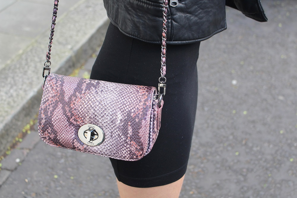 peexo fashion blogger wearing small snake print bag