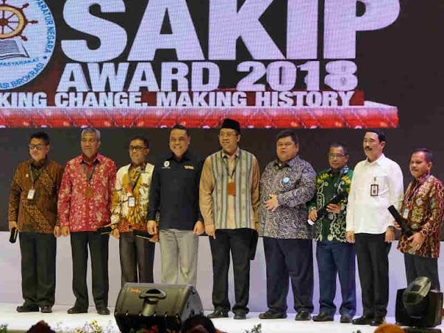 NTB Raih Predikat Baik, Zulkieflimansyah Terima Penghargaan SAKIP 2018