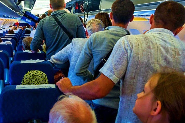 Yolcu kapasitesi 206 olan uçakta toplam 301 kişi, 11 çalışan ve 2'de kaptan vardı.