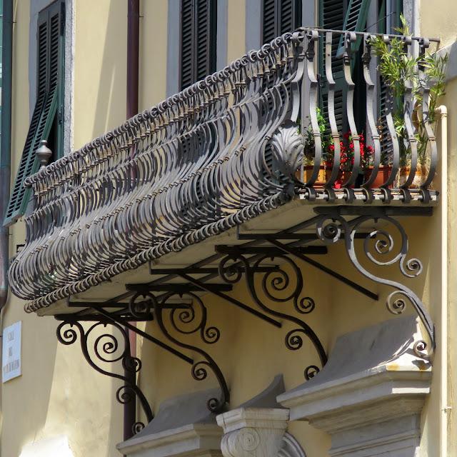 A spectacular balcony, Scali del Ponte di Marmo, Livorno