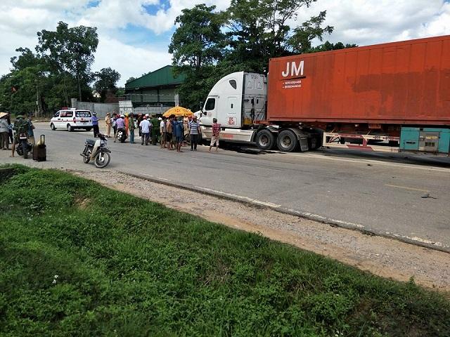 Hai cha con tử vong dưới bánh xe tải sau khi qua đường đổ xăng