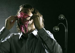 homem cheirando calcinha