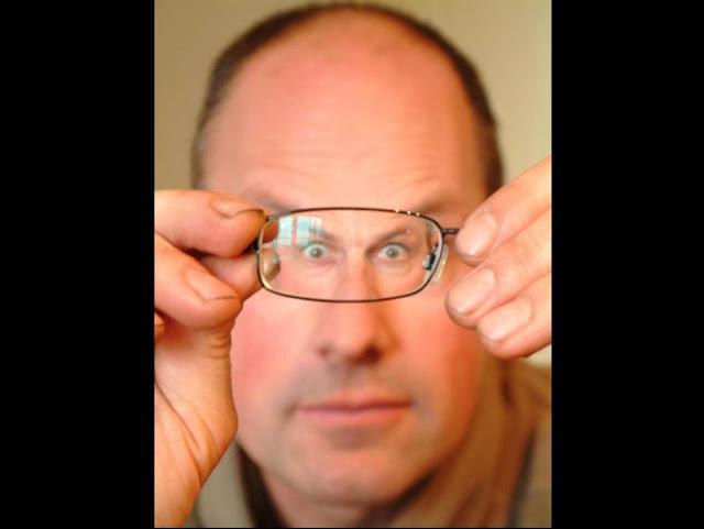 Hombre viendo por un lente