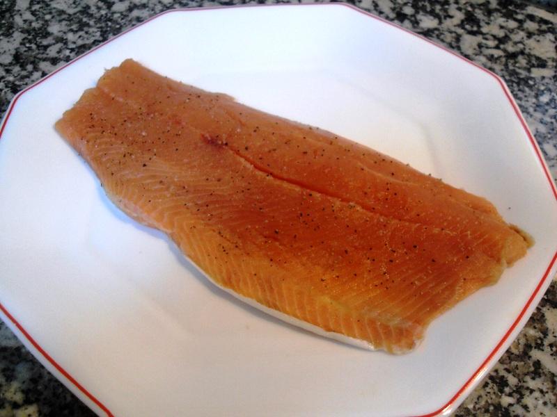 Lomo largo de salmón crudo salpimentado