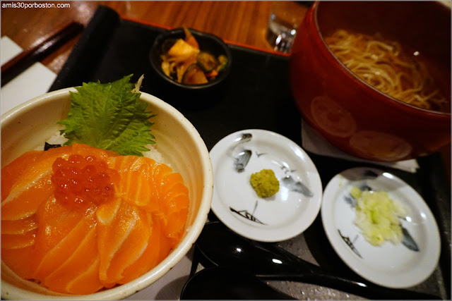 Salmon Ikura Don Mini Bowl & Noodle Set del Restaurante Ootoya en Nueva York